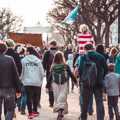 Fridays for Future, Menschen von hinten zu sehen, sie demonstrieren